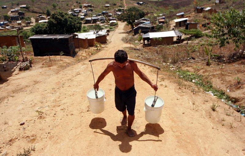 Cargando-agua-potable-foto-Alejandro-Arigon-scaled-e1606859939449